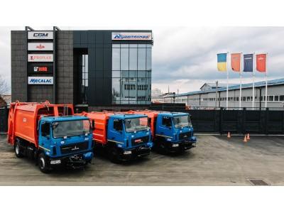 Партія сміттєвозів із заднім завантаженням на базі МАЗ вирушила до замовника на Донеччину